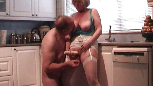 Młody człowiek delikatnie popychający filmiki sex mamuski wysoką kobietę