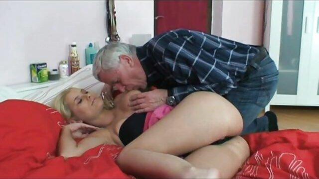Cody siedział na podłodze, głaszcząc kapelusz. darmowego filmy porno